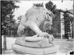 Palais du Louvre et jardin des Tuileries - Groupe sculpté du Lion au serpent