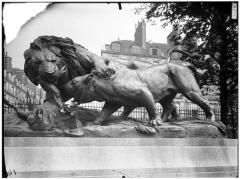 Palais du Louvre et jardin des Tuileries - Groupe sculpté de Lion et lionne se disputant un sanglier