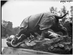Palais du Louvre et jardin des Tuileries - Statue du Rhinocéros attaqué par un tigre, groupe sculpé