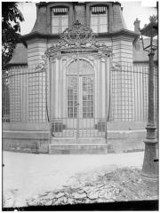 Hospice Debrousse - Vue de la grille