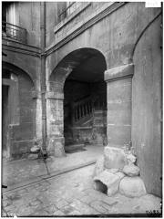 Hôtel de Lauzun ou Hôtel de Pimodan - Gouttière cannelée et départ d'escalier