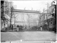 Immeuble (hôtel de Comans d'Astry) - Vue de la cour et du jardin