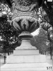 Palais du Louvre et jardin des Tuileries - Vase