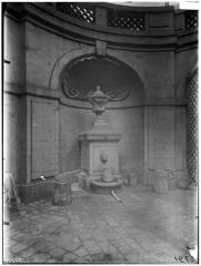 Immeuble - Vue de la cour et de la fontaine