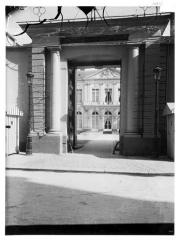 Anciens hôtels de Brienne et de Broglie, actuellement ministère de la défense - Vue de la cour et du portail