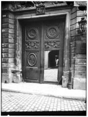 Hôtel des Ambassadeurs de Hollande - Portail et médaillon