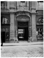 Hôtel de Beauvais, actuellement Cour Administrative d'Appel de Paris - Portail et balcon