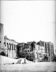 Palais des Papes - Façade sur la place (partie droite d'un panorama)