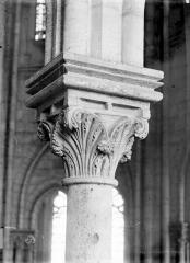 Cathédrale Notre-Dame - Chapiteau de la galerie du choeur